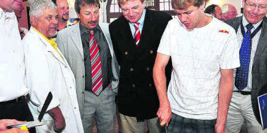 Tortenanschnitt mit Prominenz (von rechts): Sebastian Vettel, Innenminister Volker Bouffier, Gerhard Herbert, Dieter Löffler und Landrat Matthias Wilkes.