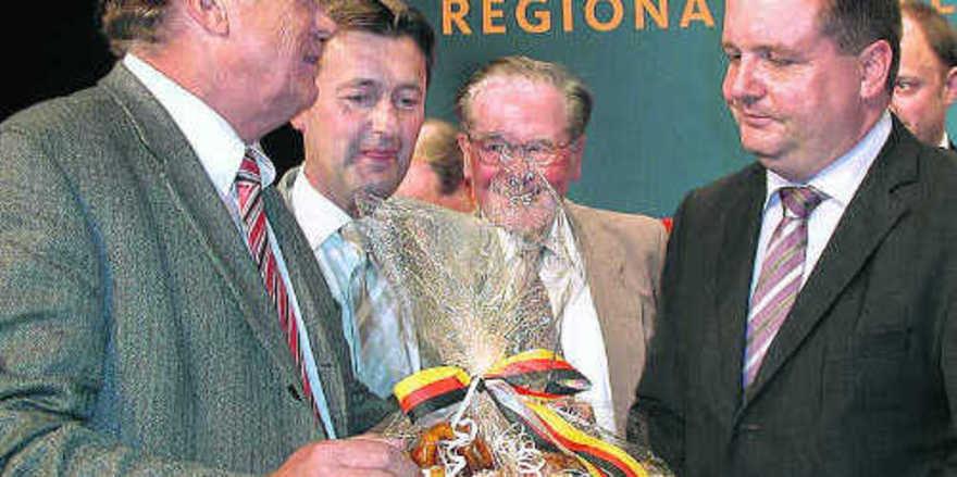 Bäckermeister Pommerenke (von links) mit seinen Parteifreunden Roland Tralmer und Dr. Hermann Schwörer im Gespräch mit Ministerpräsident Stefan Mappus.