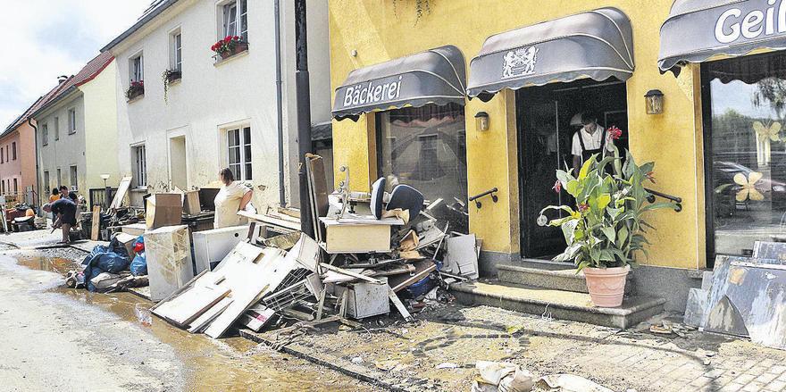 Bis zuletzt hat die Bäckerei Geißler mit Sandsäcken gegen das Hochwasser gekämpft. Vergebens. Jürgen Geißler resigniert nicht. Zusammen mit seiner Ehefrau baut er den Betrieb wieder auf.