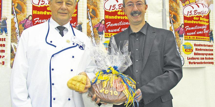 Eröffnung des Brotfestes auf dem Alexanderplatz mit OM Hans-Joachim Blauert und Mitte-Bezirksbürgermeister Dr. Christian Hanke (von links).