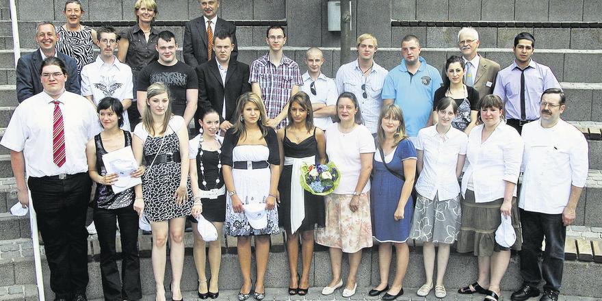 Die bei der Freisprechung anwesenden Ex-Lehrlinge mit Ehrenamtsträgern und Vertretern der Schule. Yasemin Kaynak wurde als Innungsbeste mit einem Blumenstrauß geehrt (vorne).
