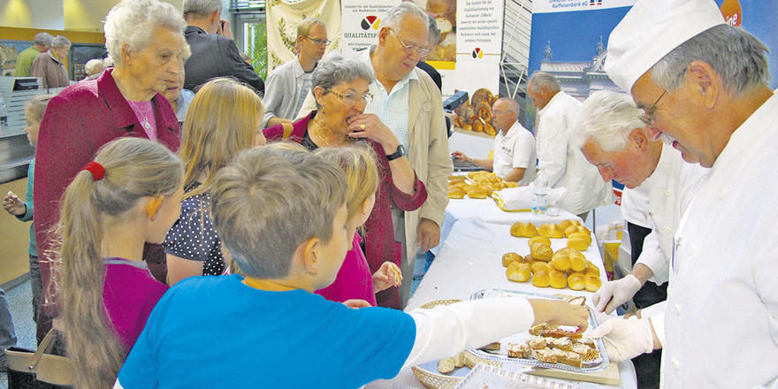 Viele Verbraucher nutzen die Gelegenheit, Brot, Brötchen und Wurst der Handwerksbetriebe gegen eine Geldspende für die Schüler zu erwerben.