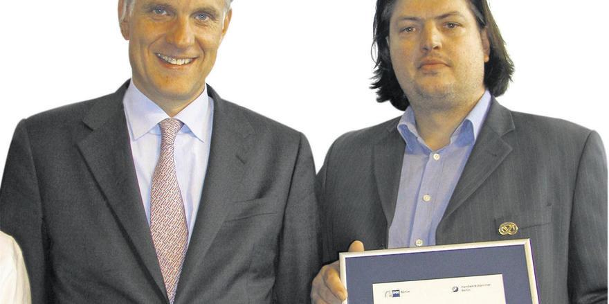 Gute Ausbildung: HWK-Präsident Stephan Schwarz (li.) zeichnete den Betrieb von Matthias Hillmann aus.