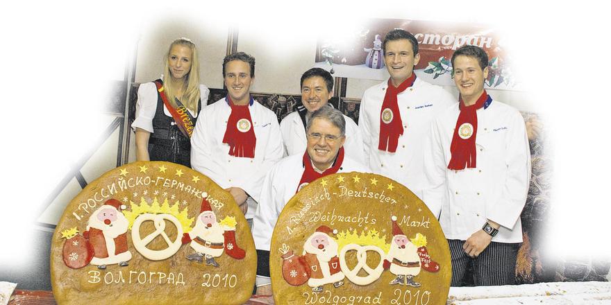 Eindrucksvoller Auftritt des deutschen Bäckerteams beim ersten deutsch-russischen Weihnachtsmarkt in Wolgograd (von links): Brezelkönigin Mona Schmidt, Daniel Link, Ewald Schuller, Eberhard Holz (vorne), Joachim Burkart und Florian Lutz.