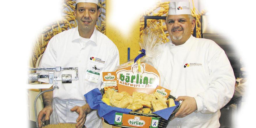 Backend und beratend im Einsatz: die Bäckermeister Marian Kaliske (links) und Michael Steege von der Akademie des Deutschen Bäckerhandwerks Berlin-Brandenburg.