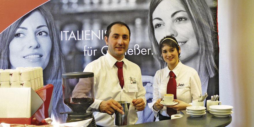 Auf der Ausstellung am Randes des Kaffeekongress präsentierten sich auch Aussteller wie Segafredo, die zeigten, wie das Kaffeegeschäft funktioniert: Gute Spezialitäten charmant und serviceorientiert servieren!