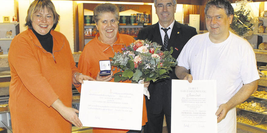 Seit 25 Jahren führen Günter (rechts) und Sabine Becht (links) ihre Bäckerei in Kaarst. Seit dem ersten Tag arbeitet Anneliese Schmitz im Unternehmen. Jakob Andler, Obermeister der Bäcker- und Konditoreninnung im Rhein-Kreis Neuss, überreichte die Eh