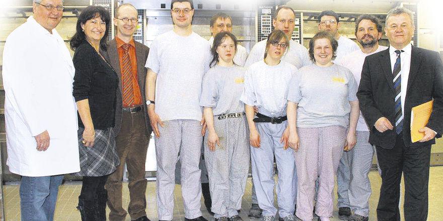 Im Rahmen einer Betriebsbesichtigung informierten Firmeninhaber Gerhard Kotter (links) mit Ehefrau Brigitte Kotter den eschäftsführer der Hilfseinrichtung Wolfgang Enderle (3. von Links), Lebenshilfe-Betriebsstättenleiter Andreas Galla (5. von links)