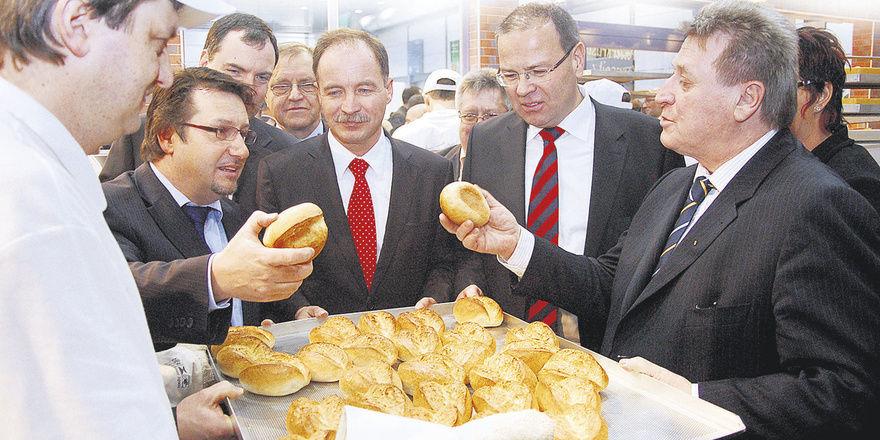Bäckermeister Jens Hennig erklärte Sven Morlok, Sachsens Staatsminister für Wirtschaft und Arbeit (2. und 3. von links) und weiteren Gästen, was die besondere Qualität eines frisch gebackenen Bäckerbrötchens ausmacht.