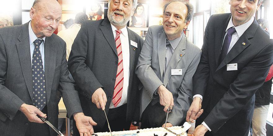 Die Olper Kaffeewelt – stilgerecht mit dem Anschnitt einer Torte eröffnet (von links): Neben Architekt Reinold Hendker führten Landesinnungsmeister Heribert Kamm, Schulleiter Leo Trumm und Geschäftsführer Peter Karst das Messer.