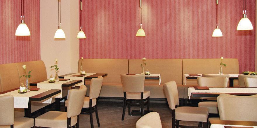 In der langen Theke werden die Back- und Konditoreiwaren bestens präsentiert. Ob am Bartisch oder innen und außen, das Kaffeehaus bietet angenehm gestaltete Sitzbereiche für viele Gäste.