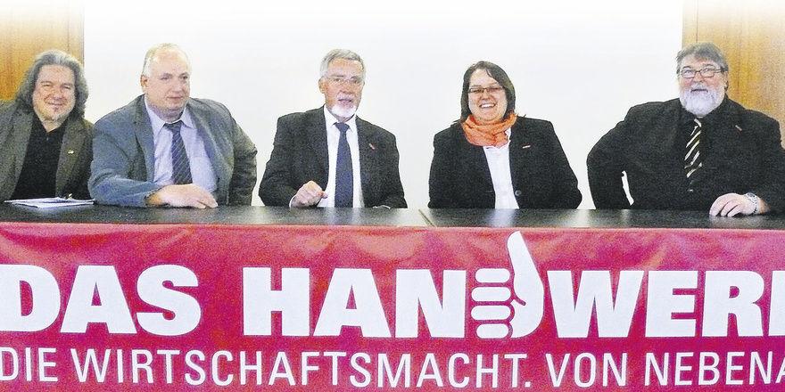 Die Imagekampagne des Handwerks ist eine gute Möglichkeit, auch Nachwuchswerbung zu machen, war man sich einig (von links): Öffentlichkeitsbeauftragter Hans-Jörg Kleinbauer, stellv. Landesinnungsmeister Karl-Heinz Kolb, Kammerpräsident Hans Alois Kir