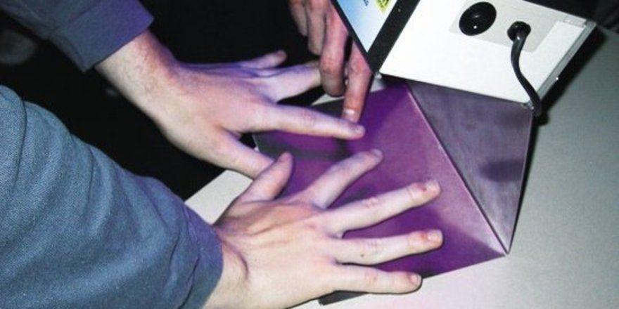 """Unter dem UV-Licht wurden die ungeschützten Stellen deutlich. <tbs Name=""""foto"""" Content=""""*un""""/>"""