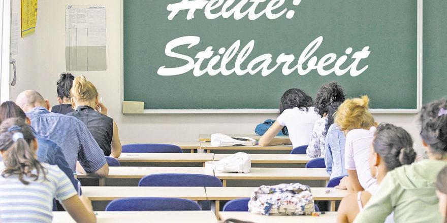 Nicht nur in Allgemeinbildenden Schulen, auch in der Berufsschule sitzen Schüler immer öfter vor verwaisten Lehrerpulten.