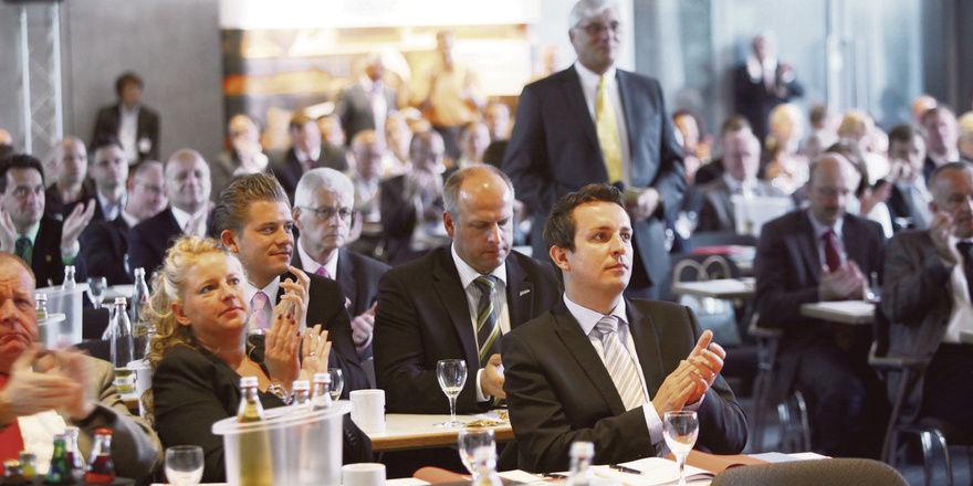 Kongressteilnehmer profitieren von interessanten Vorträgen und spannenden Diskussionen.