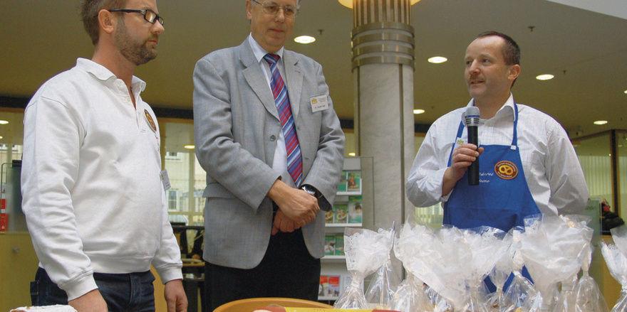 Die Bäckermeister Burchert (l.) und Thieme (r.) informierten bei der Stollenprüfung 2010 in Dessau darüber, warum sie sich am Gütesiegel-Programm beteiligen, das ihnen eine einwandfreie Qualität ihrer Erzeugnisse bescheinigt.