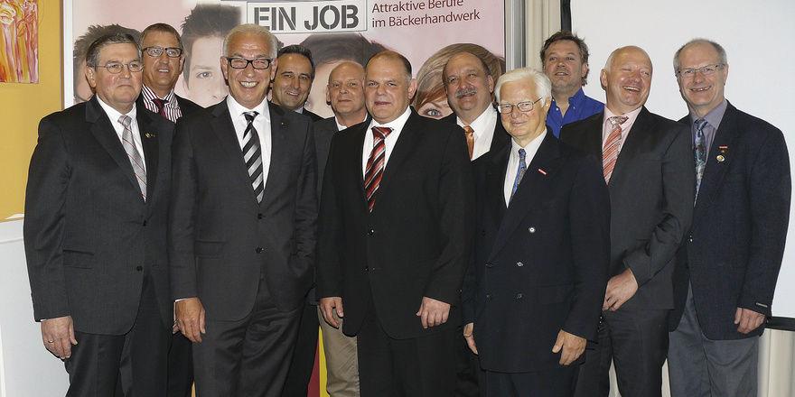 Das wiedergewählte Vorstandsteam (von links): Klaus Nennhuber, Hans Hermann Schröer (beide stellv. LIM), Landesinnungsmeister Wolfgang Schäfer, Bernd Braun, Rainer Schwob, Verbandsgeschäftsführer Stefan Körber, Karl-Friedrich Junk, Walter Kwartnik, J