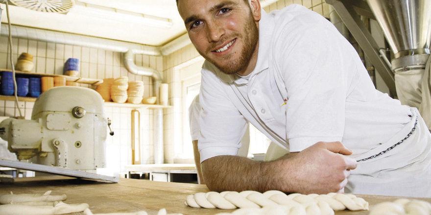 Kompetent, sympathisch und mit viel Spaß bei der Arbeit: In der Bäckerei seines Vaters konnte FCK-Torwart Sippel zeigen, dass er nichts verlernt hat.