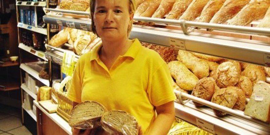 Pächterin Silvia Gschrey mit geschnittenen und verpackten Brot.