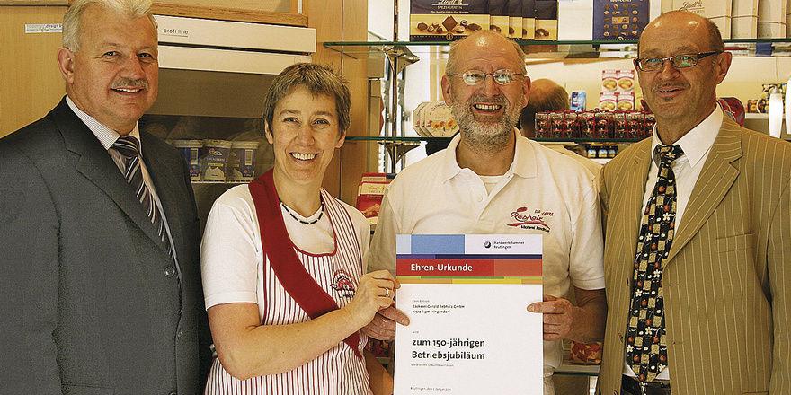Im Namen der Handwerkskammer Reutlingen gratulieren Kreishandwerksmeister Siegmund Bauknecht (links) und GF Karl Griener (rechts) den Eheleuten Rebholz zum großen Jubiläum.