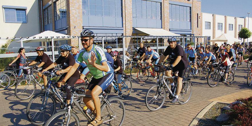 """Direkt vor dem Backhaus Hennig wurde die """"schwarze Tour"""", eine Radwanderung rund um den Zwenkauer See gestartet."""