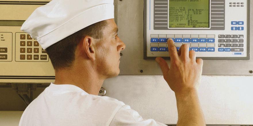 Knöpfchen und Köpfchen: Mit der richtigen Technik und Strategie können Bäcker ihre Energiekosten senken.