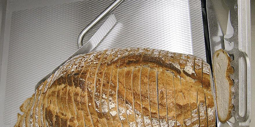Das Brot sollte nach dem Schneiden den gleich guten Eindruck machen wie vor dem Schneiden. Damit das Brot nicht auseinanderfällt, hat Treif einen automatischen Scheibenhalter angebracht.