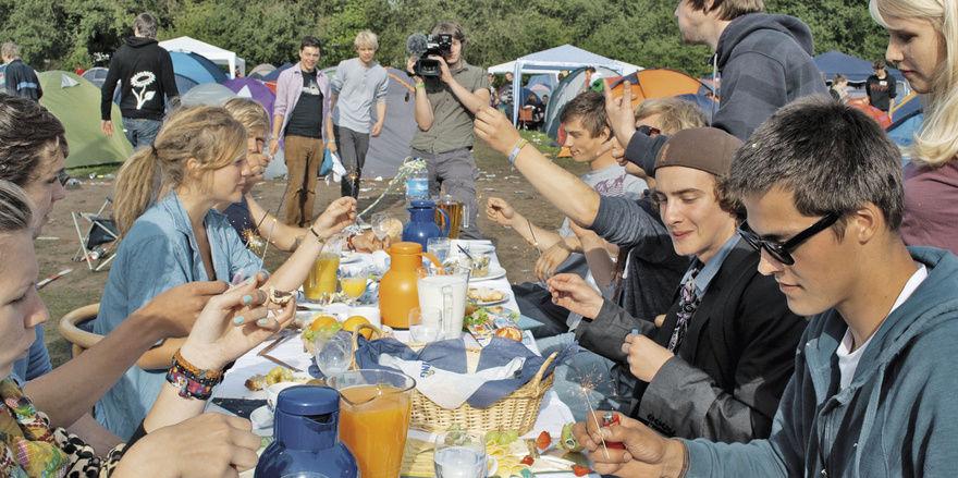 Überraschende Aktion: Die Biener Landbäckerei peppelte Jungendliche nach ihrer Abifeier mit einem kostenlosen Frühstücksbuffet auf. Werbeeffekt: Hunderte Fans bei Facebook. Fotos: Biener Landbäckerei, Annette Bekel