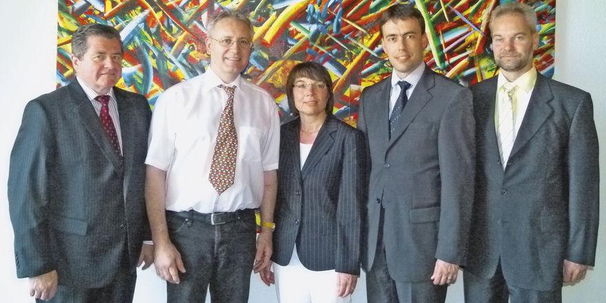 Sprachen über Brennpunkte (v. l.): Bäckermeister Walter Augenstein und Fritz Trefzger, Verbandsgeschäftsführerin Ute Sagebiel-Hannich, Minister Nils Schmid, Ralph Weinbrecht (Arbeitsgem. d. Selbständigen in der SPD).