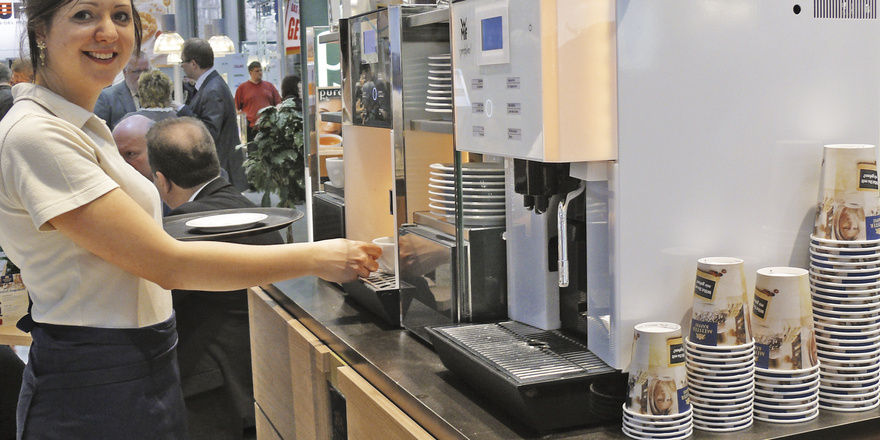 Meisterkaffee hat die praktische WMF Bistro im Programm und sieht im To go-Geschäft Potenzial. An manchen Standorten bietet sich die Kombination aus Siebträgermaschine und Vollautomat an.