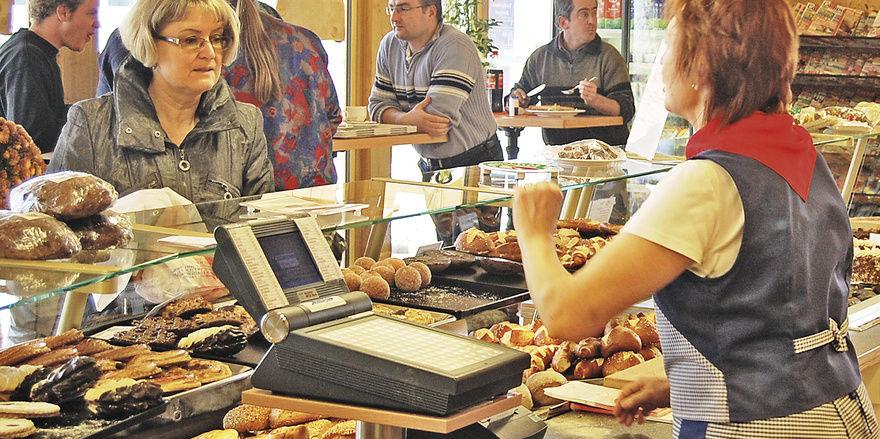 Eine typische Situation in der Bäckerei: Viele Stammkunden sind am Stehtisch und eine Neukundin kommt an die Theke. Hier gilt, alle gleich zuvorkommend und freundlich zu bedienen.