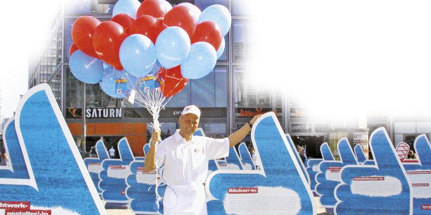 """Auf der zum """"Tag des Handwerks"""" vom ZDH organisierten Freiluftausstellung """"Hände für die Zukunft"""" auf dem Alexanderplatz ließ die Handwerkskammer Berlin für jede der noch rund 350 offenen Lehrstellen einen Ballon aus dem 400 m² großen """"Daumenmeer"""" au"""