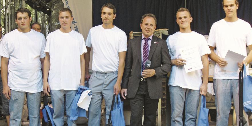 Bezirksobmann Peter Mück (Mitte) zusammen mit den Kandidaten der Bezirksentscheidung in Kempten (von links): Markus Kößel, Jonas Ebert, Dominik Bley, Mathias Neuhold (Sieger) und Simon Breuer.