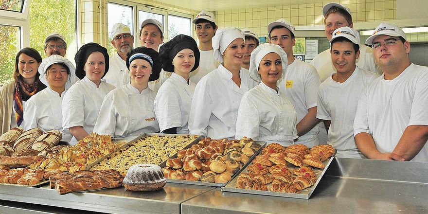 Die finnischen Bäckerinnen stehen hinter ihren hergestellten Backwaren. Mit von der Partie (von links, letzte Reihe) Kristin Wilkens, Günter Kreher und Arto Helminen sowie (rechts) die Teilnehmer der laufenden ÜLU.