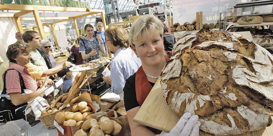 Brote wie ihren Bauernlaib bietet Monika Seidel auf Messen wie hier in Leipzig zum Verkosten an. Solche Marketing-Aktionen bringen ihr viele neue Kunden. Nicht nur bei den Zutaten, sondern auch bei der Ladeneinrichtung legt die ostdeutsche Unternehme