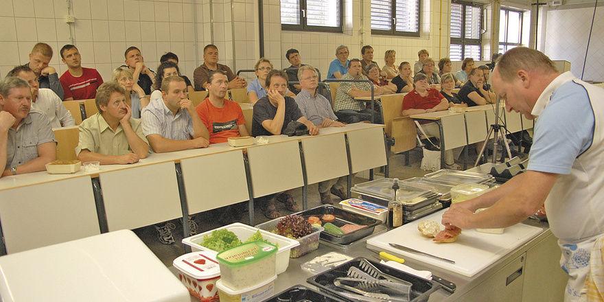 """Backmeister Andreas Hofmann von der Bäko Ost zeigte den Mitgliedern der Bäckerinnung Dresden, wie aus einfachen """"Zutaten"""" leckere Bäcker-Snacks kreiert werden können."""