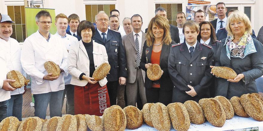 Die Kollegen der Bäckerinnung Lingen mit ihrem schon traditionellen Brotverkauf für eine gute Sache.