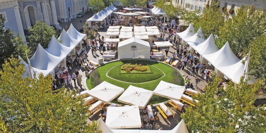 """Der Domplatz in Brixen hat sich zum Touristenmagnet der Fans von Südtiroler Brotspezialitäten gemausert. Aber nicht nur der kulinarische Genuss, auch Action unter dem Motto """"Vom Korn zum Brot"""" stehen jährlich auf dem Programm."""