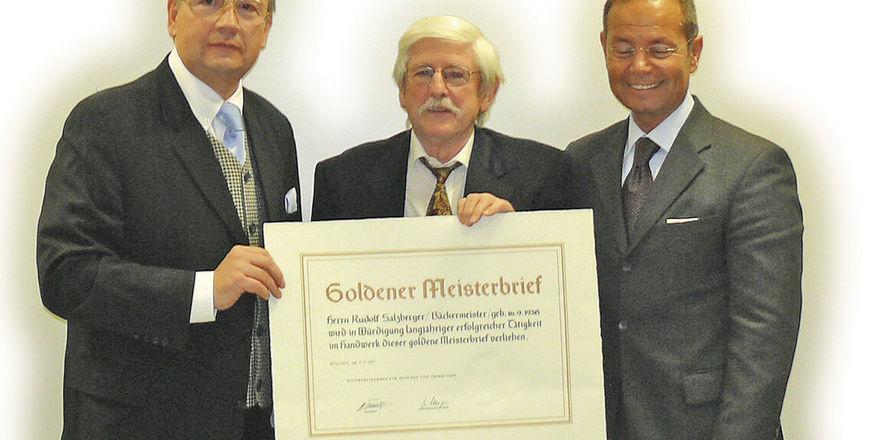 """Rudolf Salzberger erhielt den Goldenen Meisterbrief. Er verkörpert laut Obermeister Heinz Hoffmann (links) """"einen Bäckermeister mit Erfahrung, Verantwortungsbewusstsein und hoher sozialer Kompetenz"""". Auch Rethorik-Trainer Patric Kutcher (rechts) grat"""