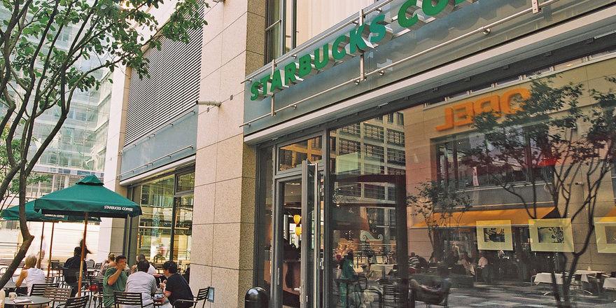 Soll künftig auch für Autofahrer gut erreichbar sein: Starbucks will im nächsten Jahr mit Drive-In-Filialen in Deutschland starten.