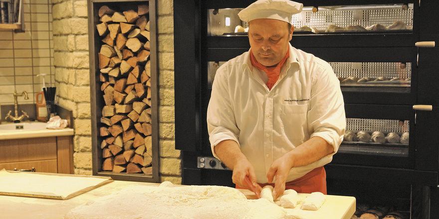 Frontbaking – Aufarbeiten und Backen direkt vor den Kunden – sorgt für ein nachhaltiges Einkaufserlebnis. Speziell für das Backen von Pizzen wurde der Hochtemperaturofen von Sveba Dahlen konzipiert.