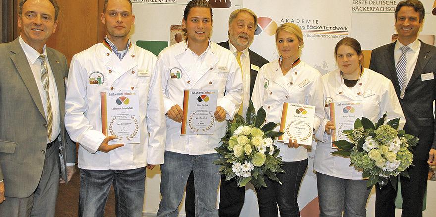 Die Teilnehmer des Backwaren-Designpreises mit den Juroren.