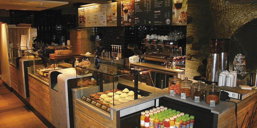 McCafé präsentiert ein Sortiment an Backwarensnacks, die vor Ort belegt werden, ergänzt durch Kaltgetränke und Eis- und Eisdrink-Kreationen.