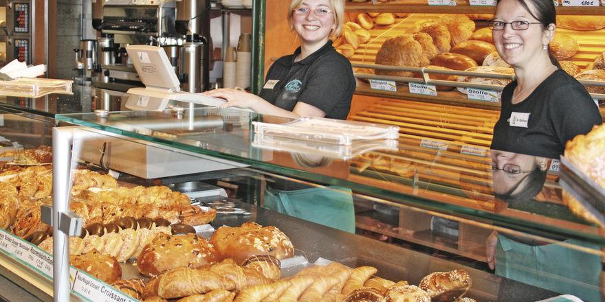 Regionale Spezialitäten ergänzen das breite Sortiment, das Bäckermeister Peter Schmitt gemeinsam mit der Fleischerei im Kombi-Laden anbietet. Das Café im hinteren Bereich sorgt für längere Verweildauer.
