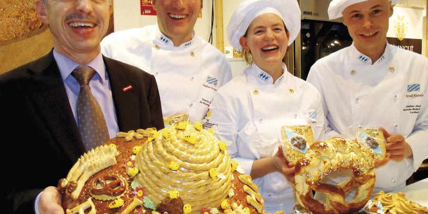 Ein kulinarisches Schmankerl aus dem Freistaat für die IGW-Besucher (von links): Dr. Wolfgang Filter, GF des Landesinnungsverbands für das Bayerische Bäckerhandwerk, Stephan Bockmeier, Vizemeister der Deutschen Bäcker, Johanna Leitsch und Akademie-Sc