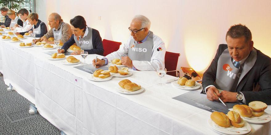 """Die Jury des Brötchen-Tests im ZDF-Verbrauchermagazin """"WISO"""". Hier wurde laut Sendung mit viel Spaß, Engagement und """"vollem Körpereinsatz"""" zu Werke gegangen."""