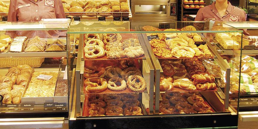 Vom Ofen direkt in die Theke: Die Präsentation von Brezen, Laugengebäck und Pizzastücken erfolgt im Mittelpunkt der Theke in einem speziell für den Frischeverkauf eingerichteten Bereich.