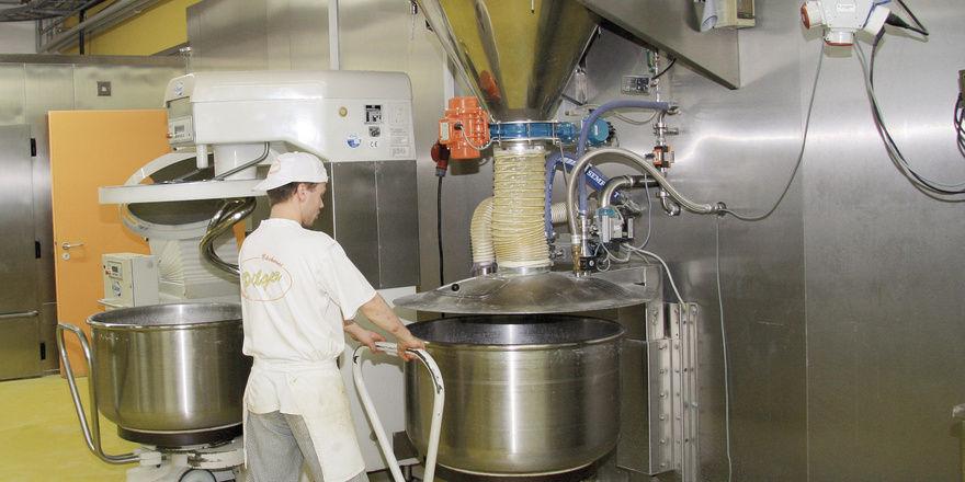 Die Zutaten werden vollautomatisch über die Mehlwaage den Teigkesseln zugeführt. Kleinkomponenten werden in zwei Compo-Anlagen gelagert, aus speziellen Auflösern kommen Flüssighefe und Restbrot.
