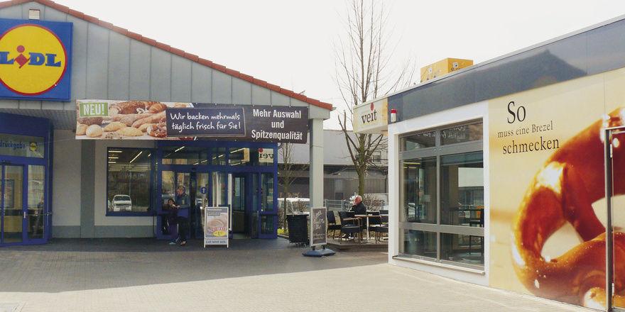 Von der Vorkasse auf den Parkplatz. Momentan bieten Lidl-Märkte den Bäckern auch eine Pavillonlösung an.