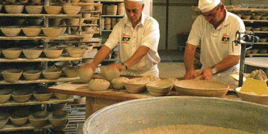 Die Produktion in der Mühlenbäckerei am Stammsitz in Lünebach läuft im Zwei-Schicht-Betrieb. Müllermeister Ralf (links) und Bäckermeister Otmar Hahn führen gemeinsam die Geschäfte.